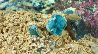 Blauer Topas im Gestein
